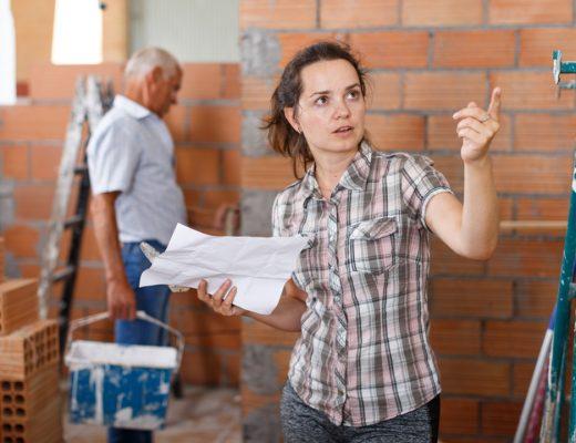 mladá žena stavba domu