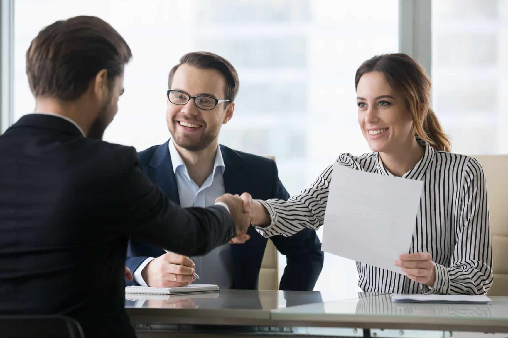 stretnutie a podanie ruky