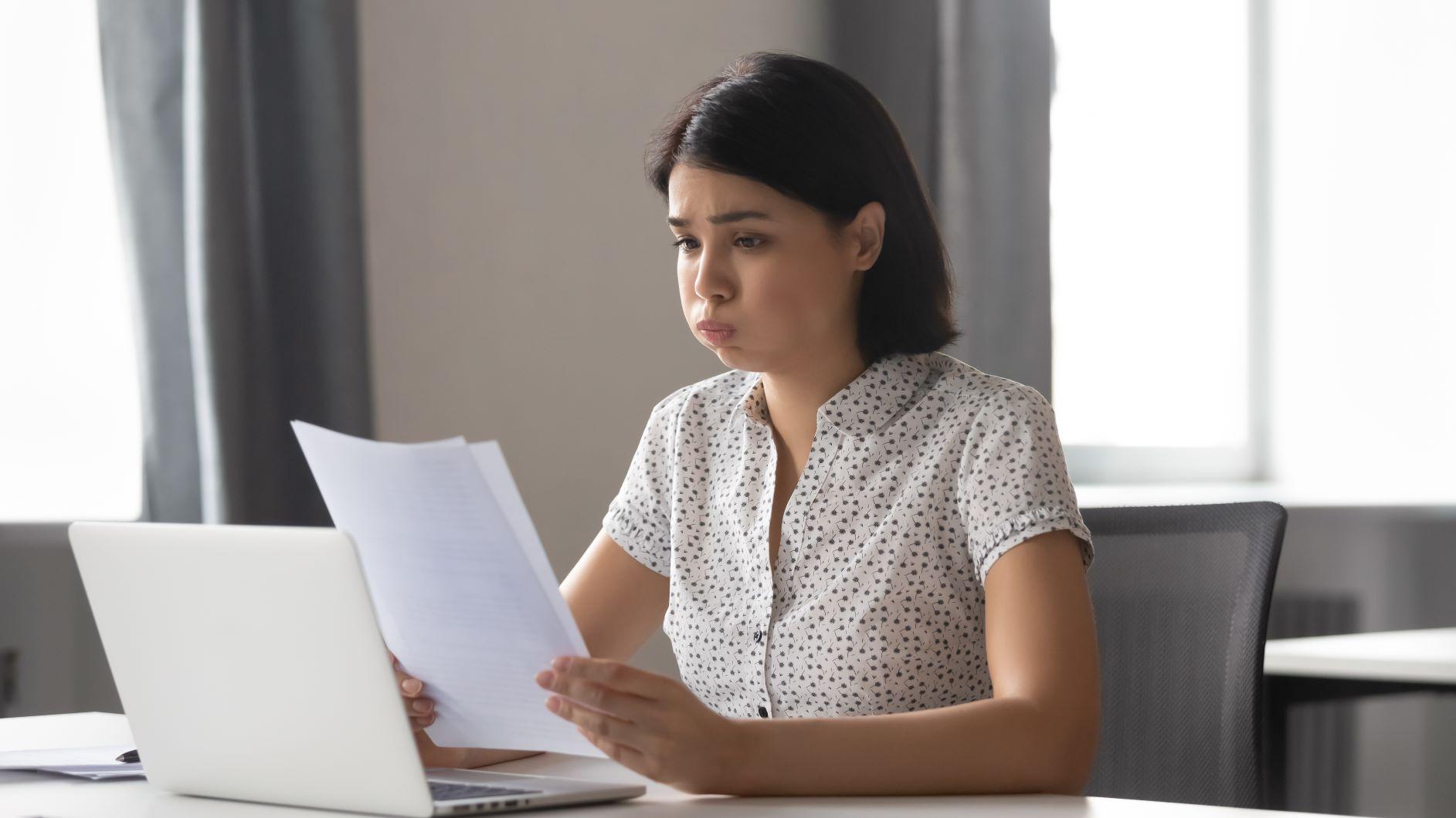 žena si študuje poistnú zmluvu