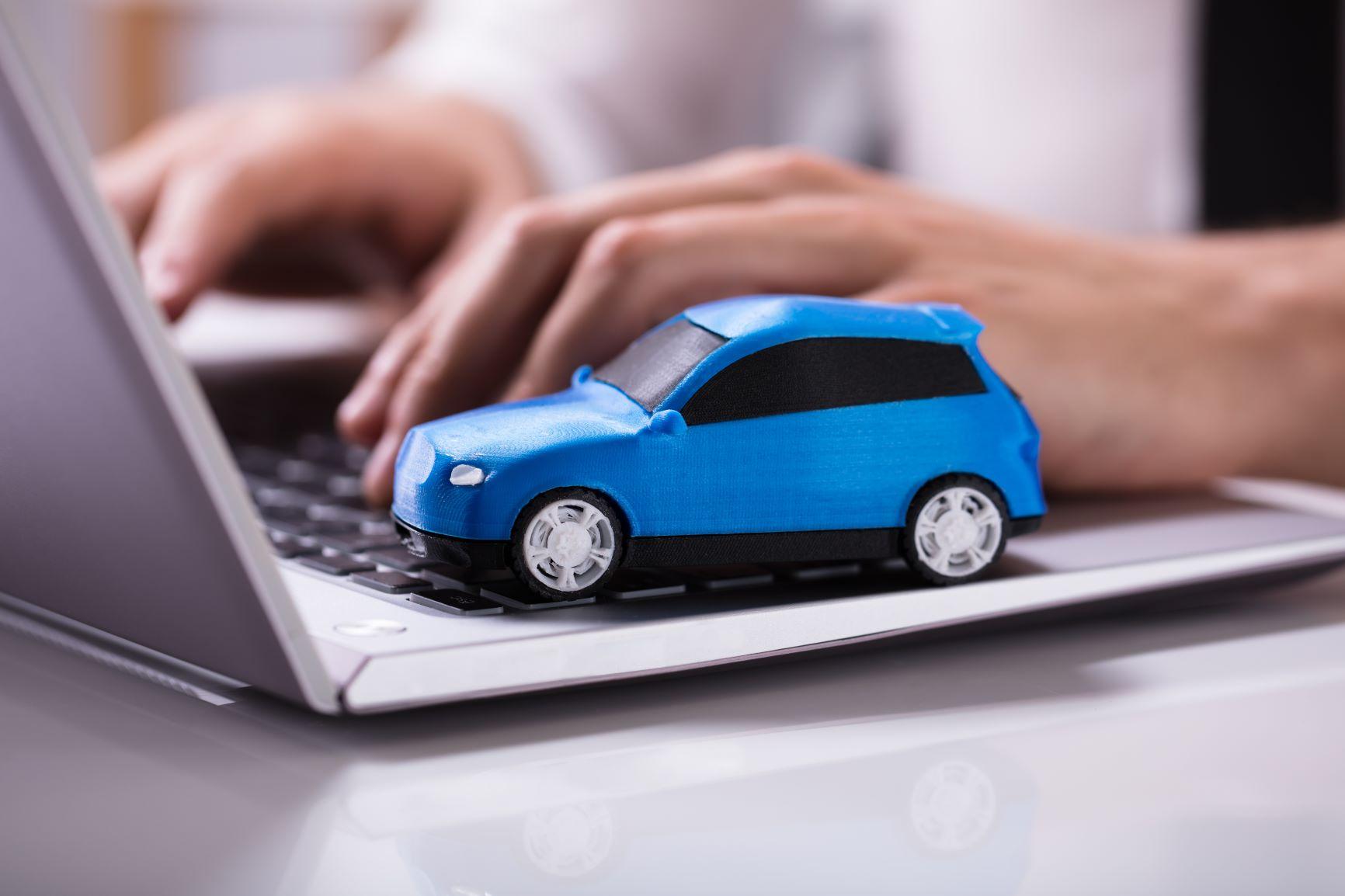 autíčko na klávesnici od počítača