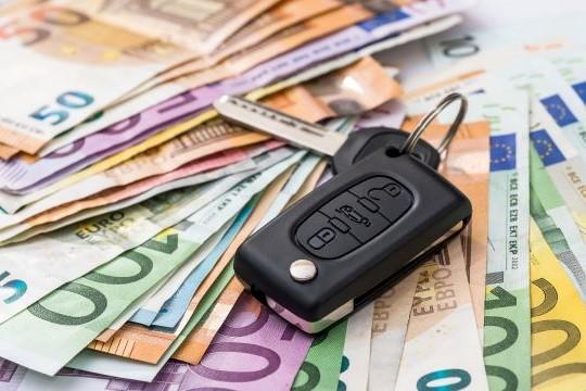 kľúče od auta na peniazoch