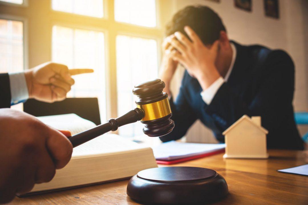 nešťastný človek pred súdom