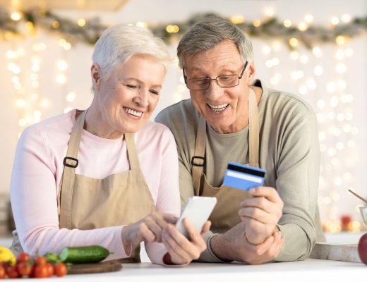 starší pár platí kartou cez mobil