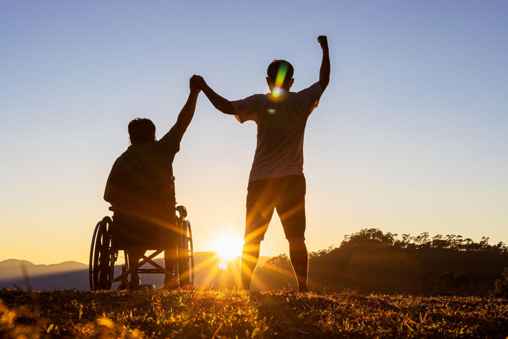 človek na invalidnom vozíku východ slnka
