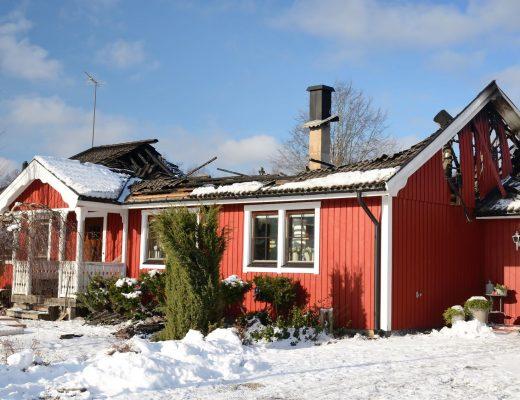 zničená strecha na dome v zime
