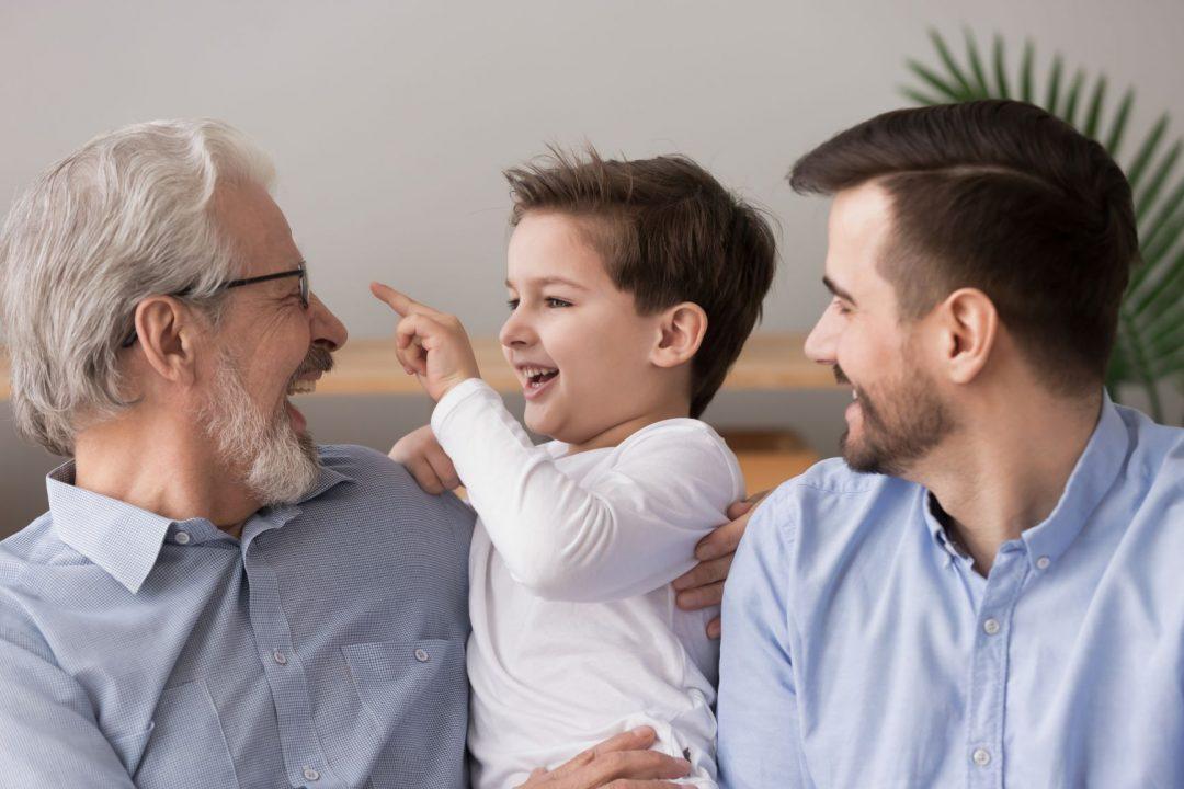 starý otec so synom vnukom