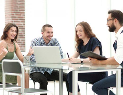 mladí ľudia v kancelárii
